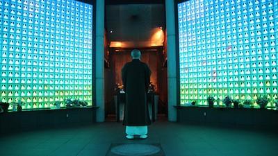 En imágenes: visitamos un cementerio futurista japonés de alta tecnología