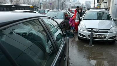 De ce nu vor Poliția și ministrul de Interne să amendeze mașinile parcate pe trotuar în România