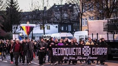 In foto: Tra i neonazisti tedeschi che celebrano il compleanno di Hitler