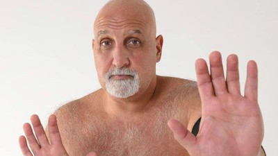 Un gordo que pelea medio desnudo