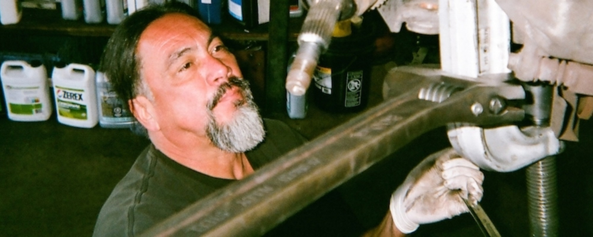 Ein KFZ-Mechaniker dokumentiert ein Wochenende voller Bier, Schmieröl und Titten-Kalendern