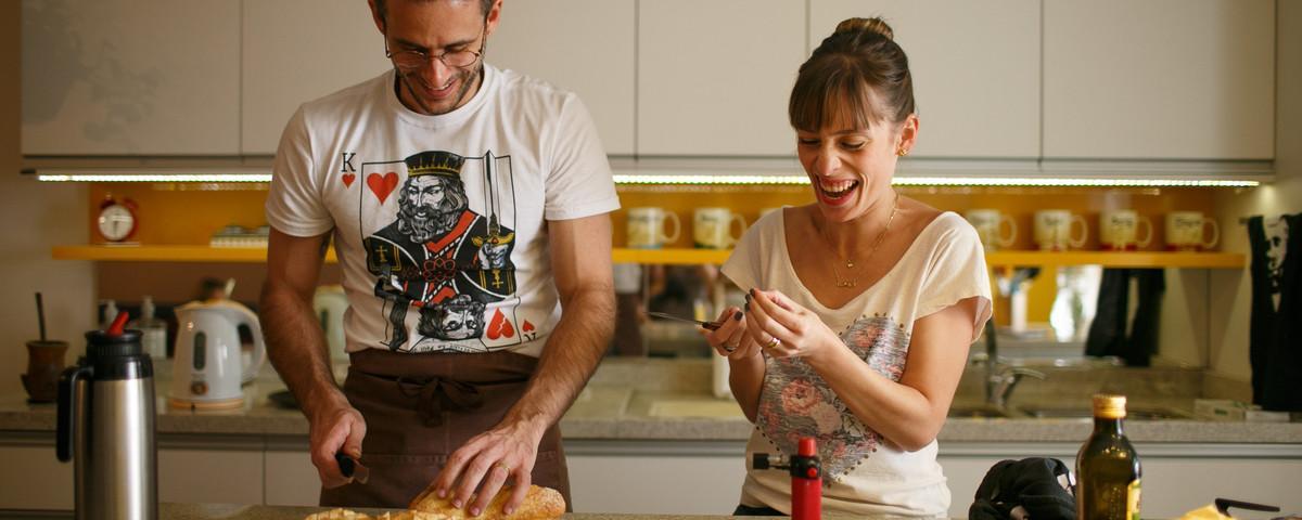 O casal brasileiro que cozinha em língua de sinais no YouTube