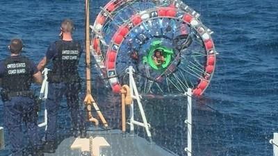 Dieser Typ wollte in einer Plastikblase übers Meer laufen und scheiterte dabei kläglich