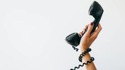 Así es gestionar una línea telefónica para víctimas del porno vengativo