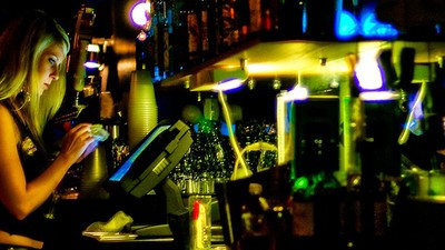 Un bar ofrece 3.200 euros por tener tetas grandes y relaciones esporádicas con el jefe