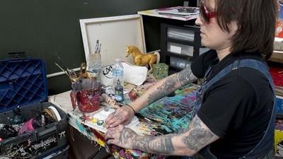 Een blinde kunstenaar schildert op basis van 26 jaar aan herinneringen