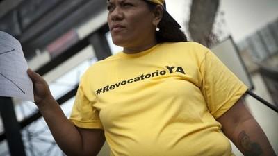 Firma a firma, la oposición en Venezuela inicia una campaña para destituir a Maduro