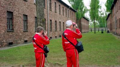 Ironische Bilder des KZ-Tourismus