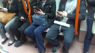 Llevo una semana espiando el móvil a desconocidos en el Metro