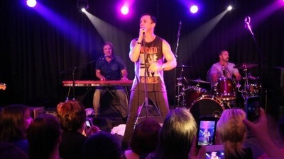 Views From a Shannon Noll Concert in the Burbs