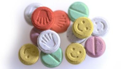 Een Britse toerist werd gearresteerd toen hij zijn tas vol xtc-pillen ophaalde bij de gevonden voorwerpen