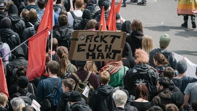 Brennende Autoreifen, Scheißebeutel und 500 Festnahmen: Mittendrin in den Anti-AfD-Protesten von Stuttgart