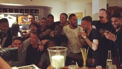 Os jogadores do Leicester celebraram o título histórico da Premier League com uma festinha caseira