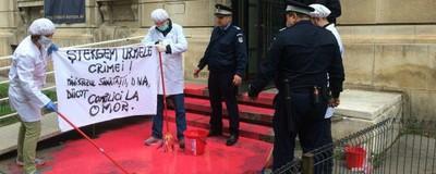 Niște protestatari i-au arătat ministrului Sănătății că românii nu mai înghit mizerii