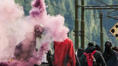 Sute de protestatari mascați s-au bătut cu poliția la granița dintre Austria și Italia