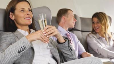 Das Vielflieger-Dilemma: Darum wird man im Flugzeug schneller betrunken