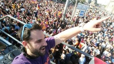 Así es ser DJ en la rúa del Barça