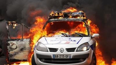 La police a manifesté à Paris, ses opposants aussi
