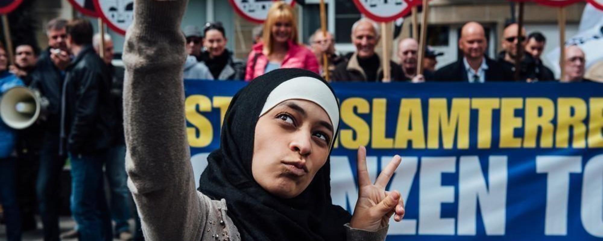 Cum le închizi gura protestatarilor anti-musulmani cu un selfie