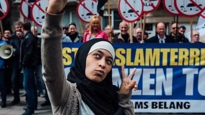 Adolescente musulmana interrumpe una manifestación anti-musulmana con épicas selfies