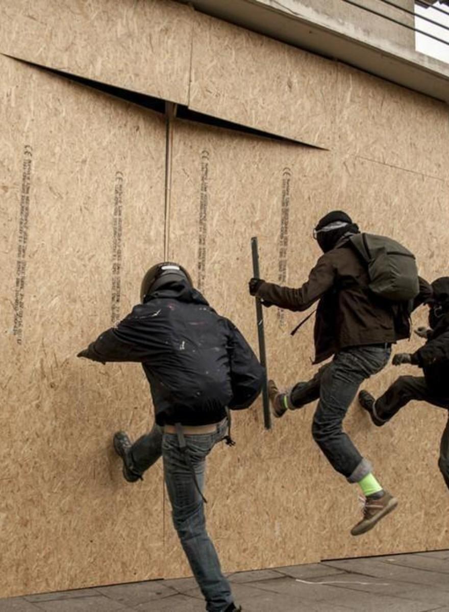 Aus Angst vor Demonstranten werden die Banken in Frankreich verbarrikadiert
