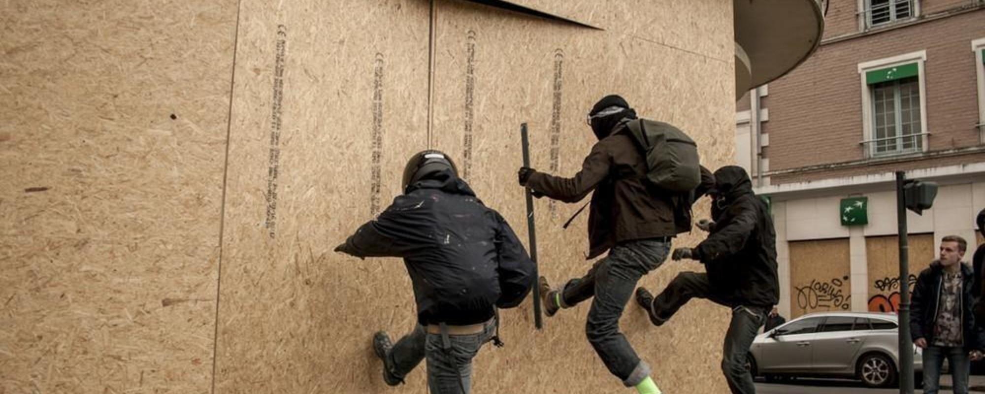 Οι Γαλλικές Τράπεζες Φοβούνται Τόσο Πολύ Τους Διαδηλωτές Που Χτίζουν Οχυρά στα Κτίριά τους