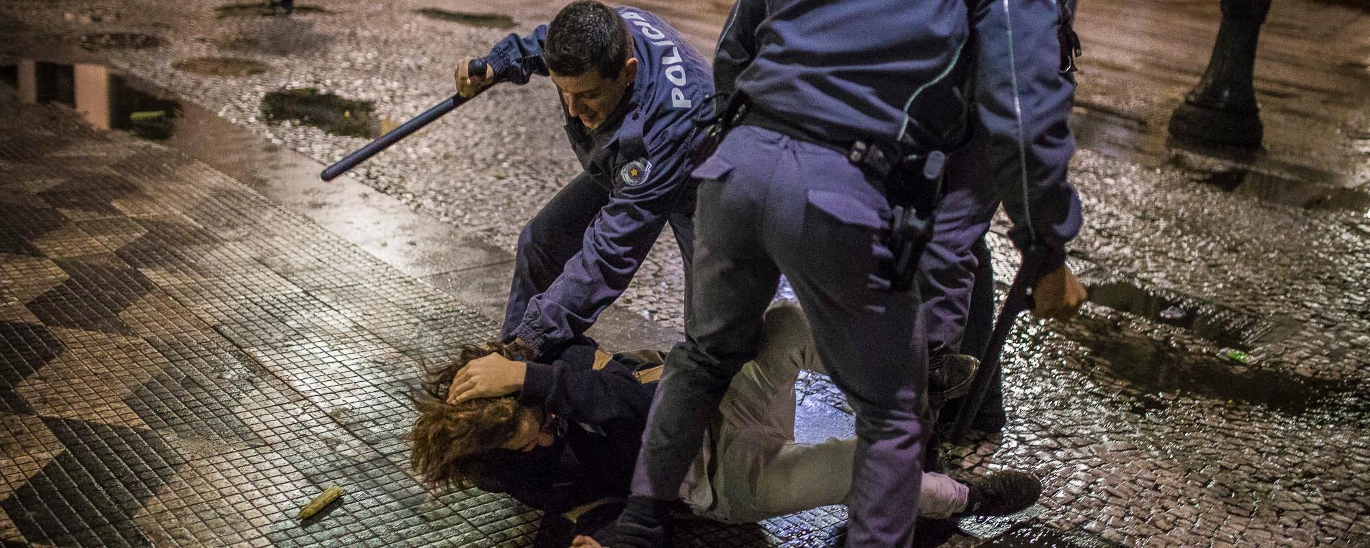 A PM desceu a porrada nos estudantes e manifestantes na Praça da República