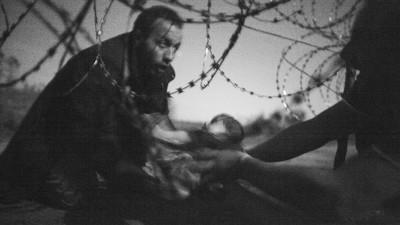Am vorbit c-un fotograf care a urmărit refugiații atât de aproape, încât și-a luat bătaie alături de ei
