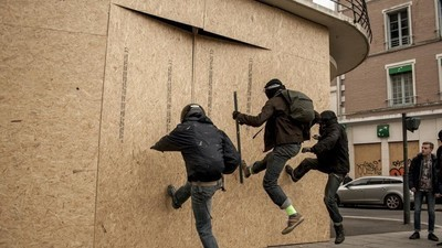 Los bancos franceses tienen tanto miedo de los manifestantes que están revistiendo sus fachadas con madera