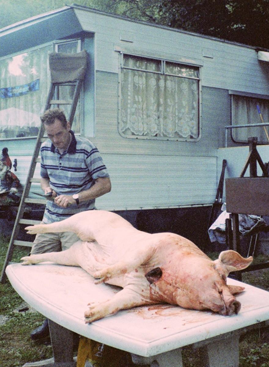 Vervreemdende foto's van een doodnormale camping in de Ardennen
