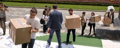 Am fost să văd românii care depun semnături împotriva homosexualilor în Parlament