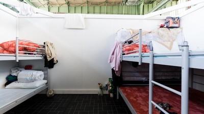 """Een kijkje in de """"woondozen"""" van het grootste vluchtelingenkamp van Duitsland"""