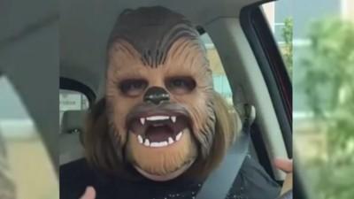 Ho cercato di capire il successo del video della mamma con la maschera di Chewbacca
