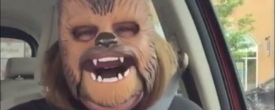 Το Βίντεο με τη Γυναίκα που Γελά Υστερικά Φορώντας τη Μάσκα του Chewbacca Είναι μία Όαση
