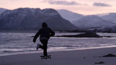 Así es hacer skate sobre una playa congelada de Noruega