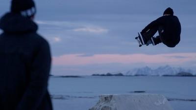 A curta que mostra como se anda de skate numa praia gelada
