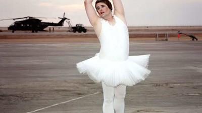 Η «Bασίλισσα της Ερήμου» που Διασκέδαζε τα Στρατεύματα στο Ιράκ ως Drag Mπαλαρίνα