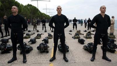 Soldados gregos relembram os piores trotes que passaram