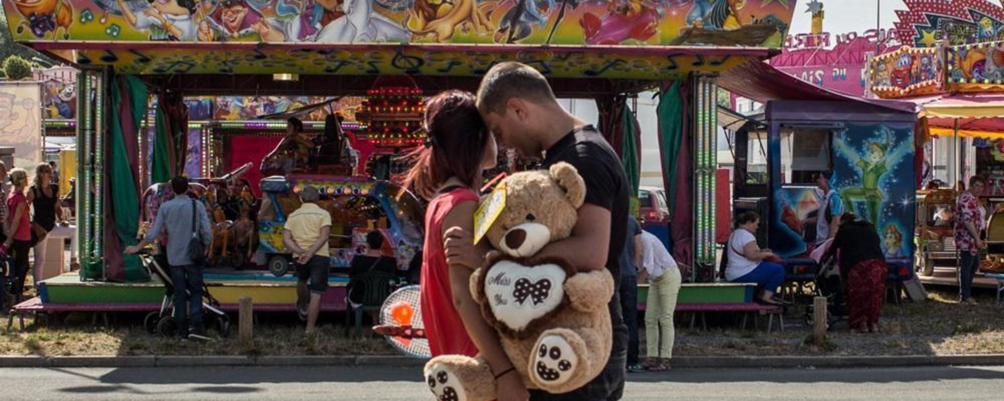 Fotografii cu vată de zahăr și kitsch din bâlciurile Franței