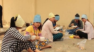 Femeile care fac haine pentru H&M sunt concediate când rămân însărcinate