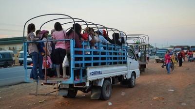 Las mujeres que fabrican tu ropa van al trabajo en peligrosos camiones