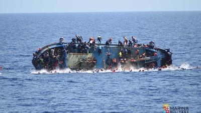 Οι Εικόνες του Ναυαγίου με Πρόσφυγες Ανοικτά της Λιβύης θα σε Στοιχειώσουν