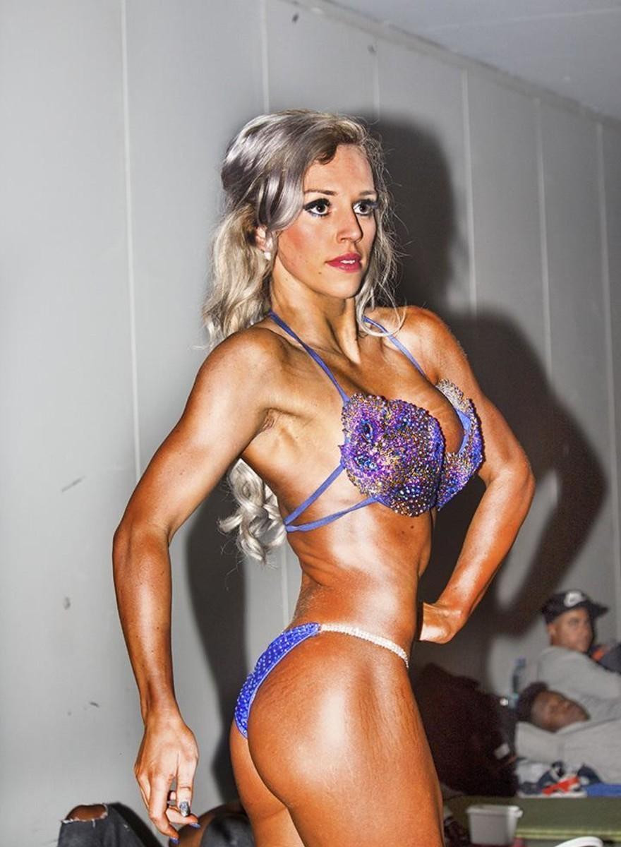 Glimmende spierbonken bij een bodybuildingwedstrijd in Rotterdam