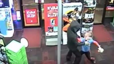 Urmărește un puști de șapte ani care se luptă cu un hoț