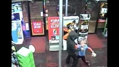 Mira a un niño de siete años enfrentar a un ladrón armado en una tienda de videojuegos