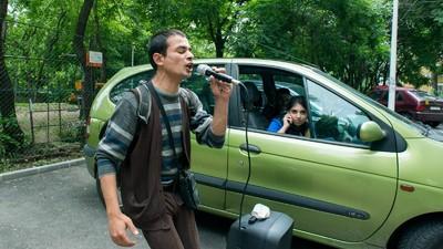 Am stat o zi c-un român abandonat care pune muzică între blocuri ca să supraviețuiască