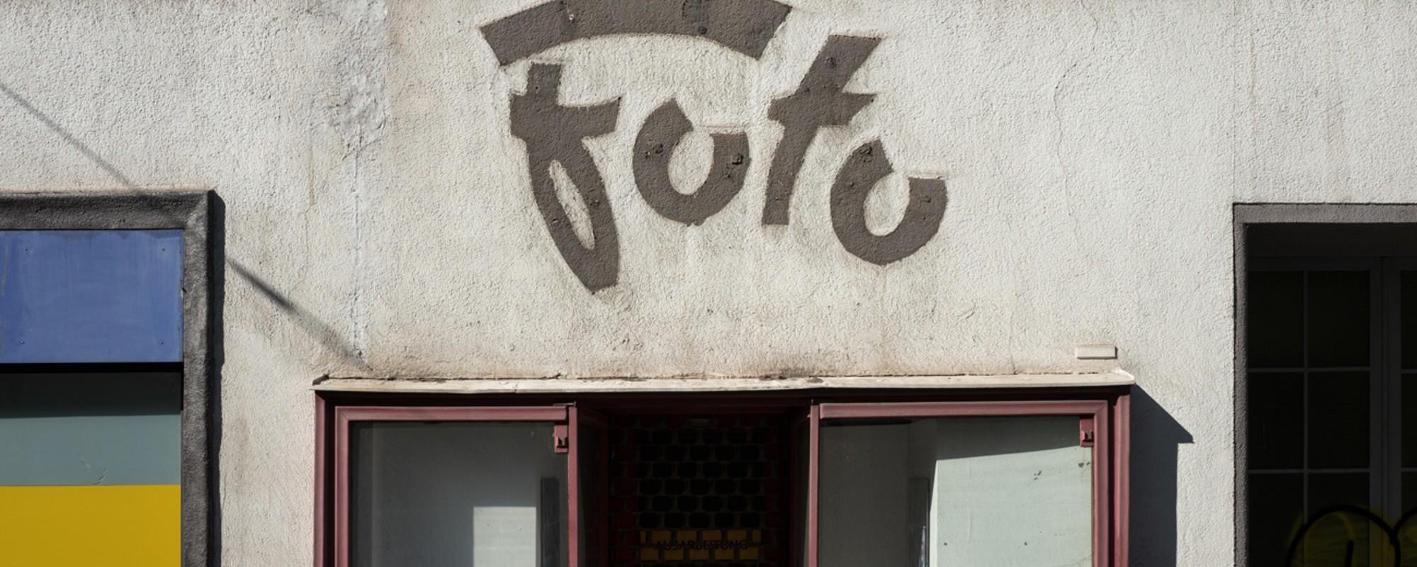 Diese Wiener sammeln Fotos von den Abdrücken abmontierter Schilder