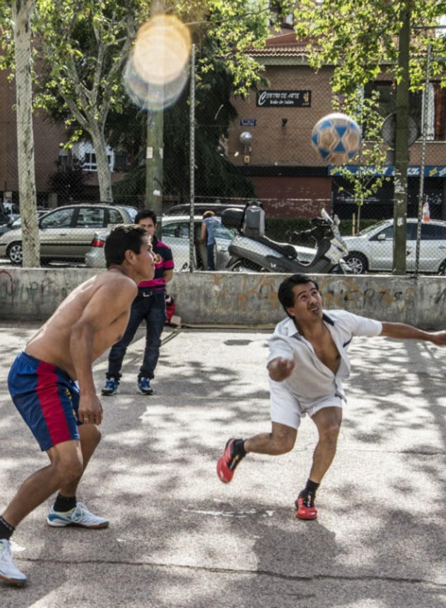 Así es el EcuaVolley, el deporte que practican los ecuatorianos en los parques de Madrid