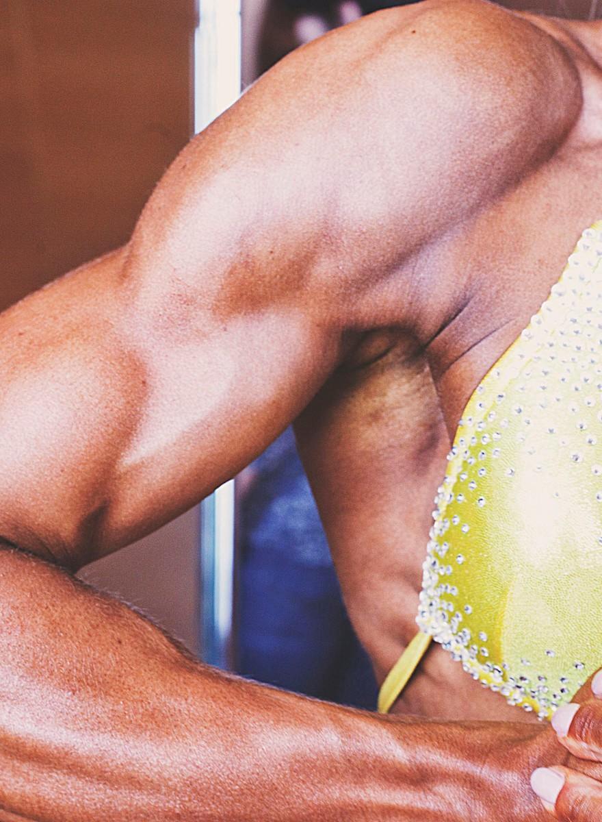 Falsche Brüste, falscher Teint, aber viele Muskeln