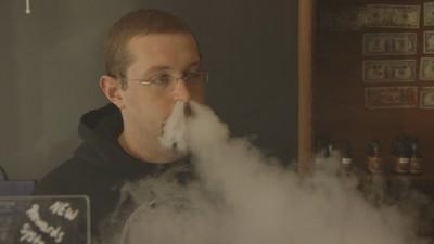 Frăția bărbaților care se dau mari că fumează țigări electronice
